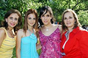 María Ángel Berlanga y Katia Zarzar acompañadas  de sus respectivas mamás.