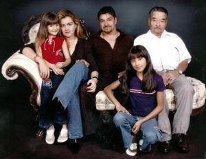 Alicia Magallanes de Pizarro festejó su cumpleaños en compañia de su esposo Ismael Pizarro Gardea, de sus hijas Cassandra y Karen, y su suegro Fernando Pizarro León.