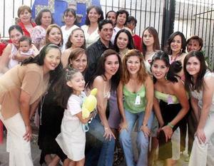 Luis Édgar Reyes Arredondo y Claudia Elizabeth Domínguez Rosales acompañados por un grupo de familiares y amistades.