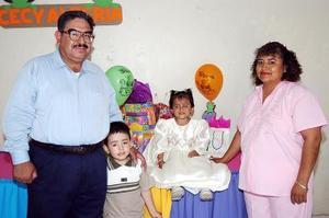 Cecilia Alegría Aguilar García junto con sus papás, Jesús Aguilar Contreras y María  Francisca García de Aguilar, y su hermanito, en la fiesta que le prepararon por su tercer cumpleaños.