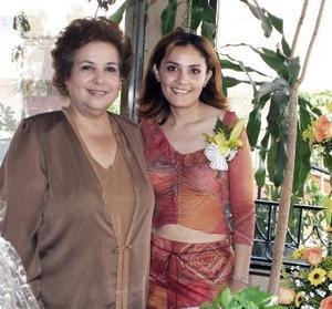 Angélica Elena Ayala Mosqueda de su vida de soltera, con un convivio que le organizó su suegra, Lázara Valdés de Fuentes.