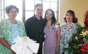 Luis Edgar Reyes Arredondo y Claudia Elizabeth Domínguez Rosales acompañados por las señoras Cinthia Arredondo de Reyes y Elizabeth Rosales de Domínguez