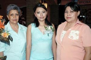 <b>06 de junio </b><p> Vianney Patricia Soto Pérez en compañia de Patricia Pérez y Raquel López, quienes le ofrecieron una despedida de soltera.