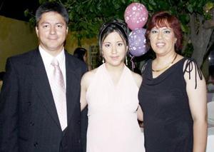 Lorena Lara Garcia en compañía de sus papás, Miguel Lara González y Lorena García de Lara, el día que celebro su cumpleaños.