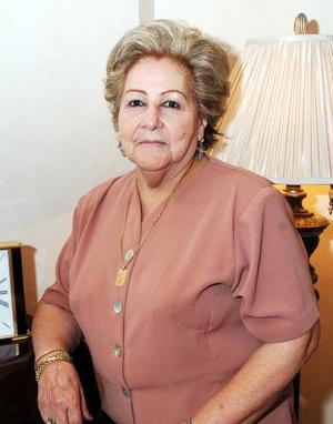 Socorro Arratia de Giacomán festejó 75 años de viad, con un alegre convivio que le organizarón sus hijas, en el cual recibió multiples felicitaciones.