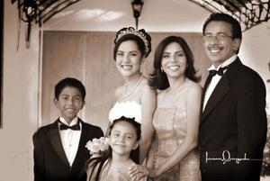 <b>05 junio </b><p> Srita. Julia Patricia Mendoza Rodríguez, en una foto de estudio con motivo de sus quince años de vida, acompañada de sus papás, Lic. Mario Mendoza y Patricia Rodríguez de Mendoza y sus hermanos