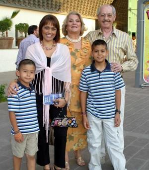 Kury Gutiérrez, María Elena Gutiérrez, Roberto Gutiérrez y los niños Tony y Andrés Batarse.
