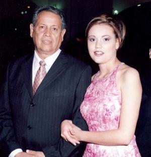 Martha Leticia Ávalos Martínez acompañada por su papá, Juan Ávalos de la Rosa, el día de su graduación universitaria..