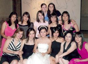 Julia Patricia Mendoza Rodríguez acompañada por un grupo de amigas en su fiesta de cumpleaños.