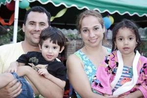 <b>06 de junio</b><p> Humberto Urby de la Cruz festejó su segundo cumpleaños, con un divertido convivio que le ofrecieron sus papás, Humberto Urby  y Lilia Julieta de Urby y su hermanita