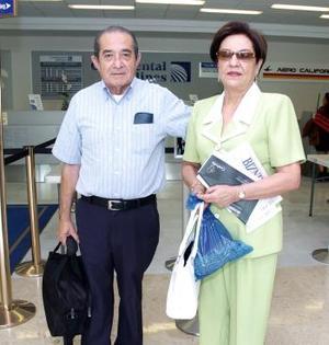 Luz María Ramírez de Yarto Viajó a París y fue despedida por Mario Yarto.