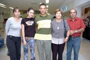 <b>06 de junio</b><p> Érick Guevará viajo a París y fue despedido por la familia Guevará Montelongo