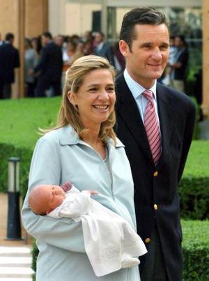 Tras recibir el alta, la infanta Cristina, quien vestía pantalón de color beige y chaqueta azul claro, se despidió del personal de la clínica, que poco antes habían abandonado la Reina Sofía y su hermana Irene de Grecia.
