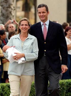 Tras aparecer inicialmente los padres con la niña, luego se incorporaron sus otros tres hijos, que vestían pantalón blanco y polo y zapatos rojos.