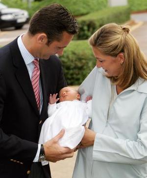 Muy sonrientes, la infanta Cristina y su esposo mostraron por primera vez a su hija a la prensa y comentaron que Irene se porta bien y come bien.