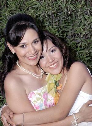 Cory Muñoz Yáñez junto a su hermana Samantha, el día de su despedida.