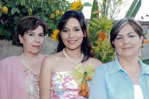 La futura novia junto a las anfitrionas, Mireya Torres Pulido y Rita Yáñez Aróstegui.