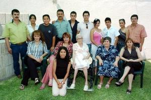 <b>07 junio</b><p> Sra. Maria Fernanda Ceballos Ruiz de Esparza acompañada  de su familia en la celebarción de sus 98 años de vida