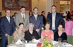 Alfonso Mendoza Aguirre, Javier, Alejandro y Santiago Gómez Martín, Lula Correa de Gómez, Delia Martín de Gómez, Loli Gómez de Fernández y Rosy Tricio de Gómez.