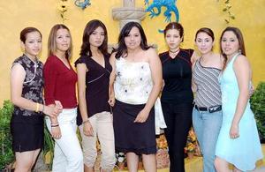 Diana Margarita Coronado Cerda acompañada por un grupo de amigas, en la despedida de soltera que le organozaron por su próxima boda con José Ángel Flores Martínez, a efectuarse el próximo 16 de julio.