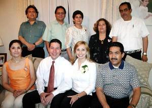 Marí Teresa Díaz, ClaudiaAvilés, Javier Azpilcueta, Rosario Cabello, René Udabe, Carlos Medina y Antonio DElgadillo les ofrecieron una despedida de solteros a Alberto Iparrea y Cecilia Castillo.