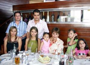 <b>09 junio</b><p> Desdémona  de González, Óscar, Brenda y Jimena Soto, José Manuel, Vanessa, Valeria y Camila Tamayo, captados en pasado festejo familiar.