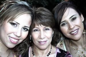 <b>09 de junio </b><p> Lourdes Tirado, Ivonne Mendoza y Ana Mendoza.