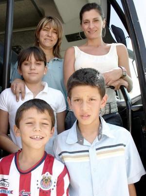 Adriana de Arce con sus hijos Moy y Ramiro Ortiz, Arlette y Ramiro Ortiz.