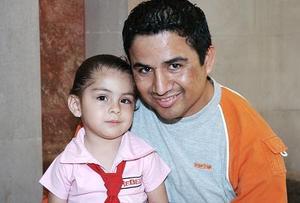 Arturo Gamboa Chacón y su hijita Paulina Gamboa Mercado.