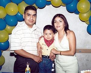 Irving Gerardo Saucedo Tapia junto a sus papás, Nazario Saucedo y Sandra Tapia, el día que festejó su tercer cumpleaños.