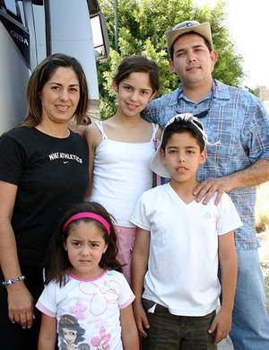 Alfonso Mireles acompañado por su familia Bety, Bea, Alfonso y María Mónica.