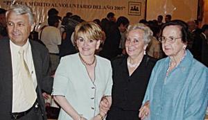 Señora Delia Gómez acompañada de Carlos Valdés Berlanga, Adriana Bohigas de Valdés y Ana Mary Bringas de Martín.