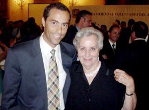 <b>08 junio </b><p> Alejandro Gómez Martín con su mamá.