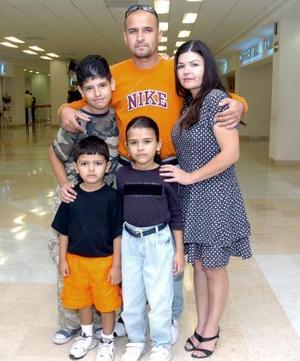 Martín Núñez, viajó con destino a Honduras y los despidió su familia.
