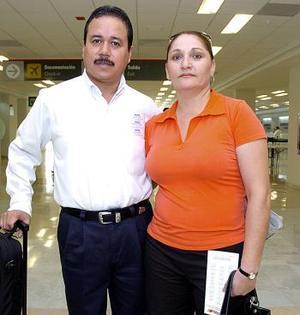 <b>07 de junio</b><p>  Pablo Ramírez viajó a México DF., y lo despidió Gabriela Hamdam.