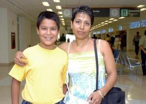 <b>08 de junio</b><p>  María Guadalupe Ramírez viajó a Tijuana y fue despedida por Saúl Ramírez.