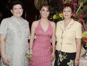 La futura novia acompañada por las anfitrionas de la reunión, Silvia Tato y Rosy Pámanes.