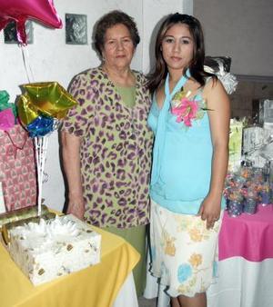 Montserrat Reyes Leaños disfrutó de una despedida de soltera, que le organizo Isadora Martínez Reyes.