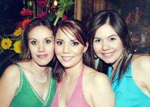 <b>10 de junio </b><p>  Tania junto a sus primas Linetthe de Ibarra y Betina Reyes.