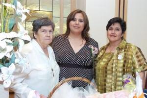 Ángeles de Castro recibiói sinceras felicitaciones, en la fiesta de canastilla que le organizaron su mamá, Ángeles Flores Velasco y su abuelita, Coco Velasco de Flores, en honor del bebé que espera.