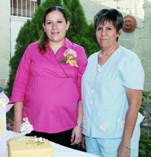 <b>10 de junio </b><p> Con motivo del próximo nacimiento de su primer bebé, Úrsula Leyja de Padilla recibió numerosos obsequios en la fiesta de canastilla, que le ofreció María Esther Favela.