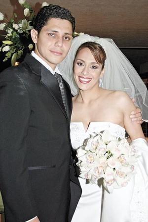 <I>FELIZ MATRIMONIO</I><P>  La feliz pareja Aldo Ganem y Itzel Alonso