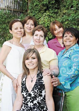 Lucía Amezcua García, Lucía Amezcua Fletes, Graciela Esther Padilla de Vargas, Irma Bocanegra de Padilla y María Elva Velazco de Padilla  acompañando a Silvia