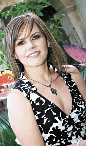 <I>DICE ADIÓS A SU SOLTERÍA</I><P> Silvia Padilla Velasco