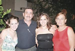 <I>SE GRADÚA DE LA IBERO</I><P> La festejada acompañada de su hermana Anet Silveyra Dingler y sus papás Ricardo Silveyra y Tena Dingler