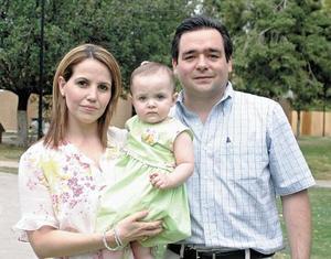 Laura Iturriria de Arizpe y Raúl Arizpe Wolff con su pequeña hija Arantza