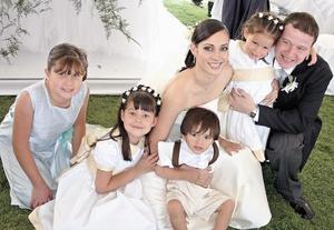 Los niños Andrea Oviedo Pérez, Camila Peña Loza Oviedo, Ricardo Fernández Valenzuela y Fabiana Peña Loza Oviedo acompañando a los novios