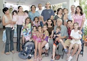 Don Hernando con algunos de sus 43 nietos y 13 bisnietos