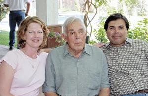 Don Hernando con sus hijos Carlos y Rebecca que vinieron de Utah para celebrarlo