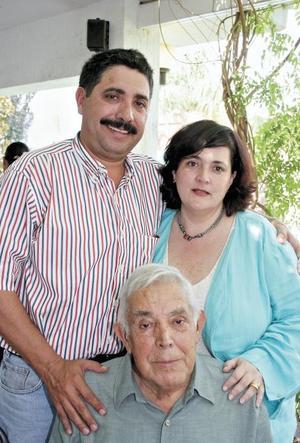Candy y Laura, los anfitriones del festejo, acompañando a Don Hernando Garrido